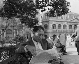 Man reading newspaper in Jackson Square — Бен Шан