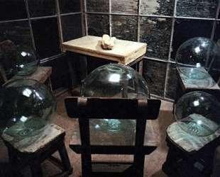 Клетка (Стеклянные шары и руки) — Луиза Буржуа