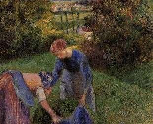 Women Gathering Grass — Камиль Писсарро